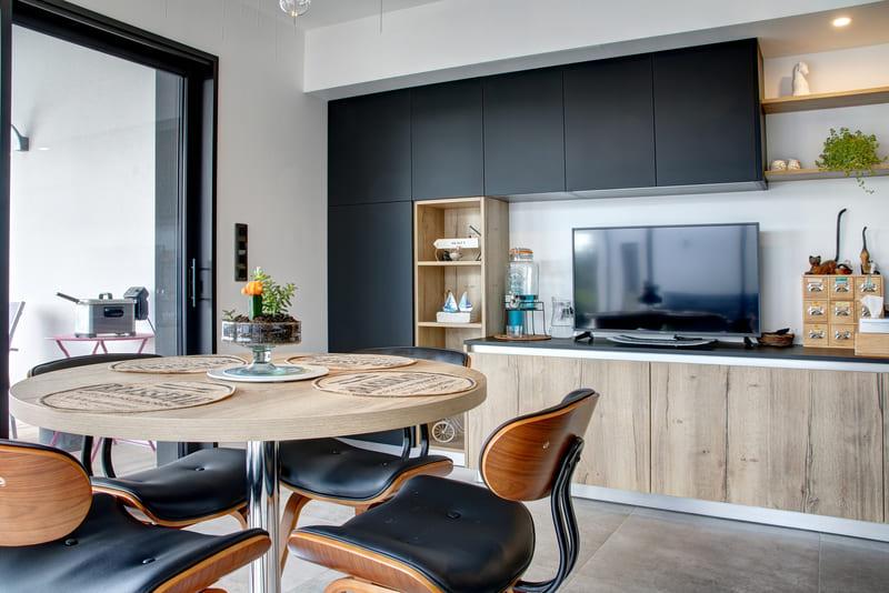 Open moderne zwarte en houten keuken 9
