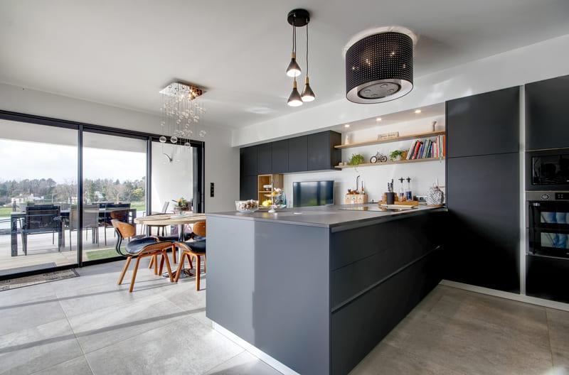 Open moderne zwarte en houten keuken 8