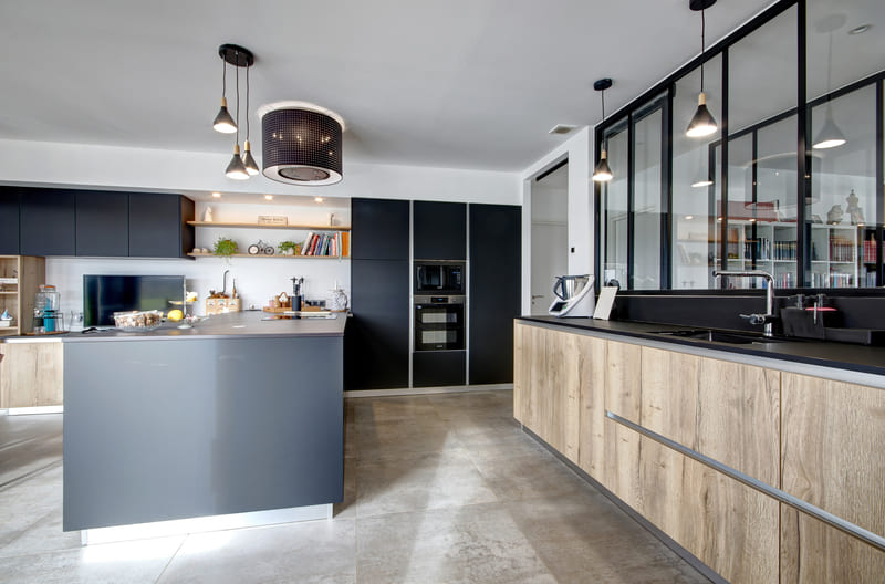 Open moderne zwarte en houten keuken 7