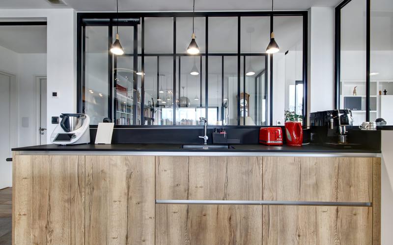 Open moderne zwarte en houten keuken 6