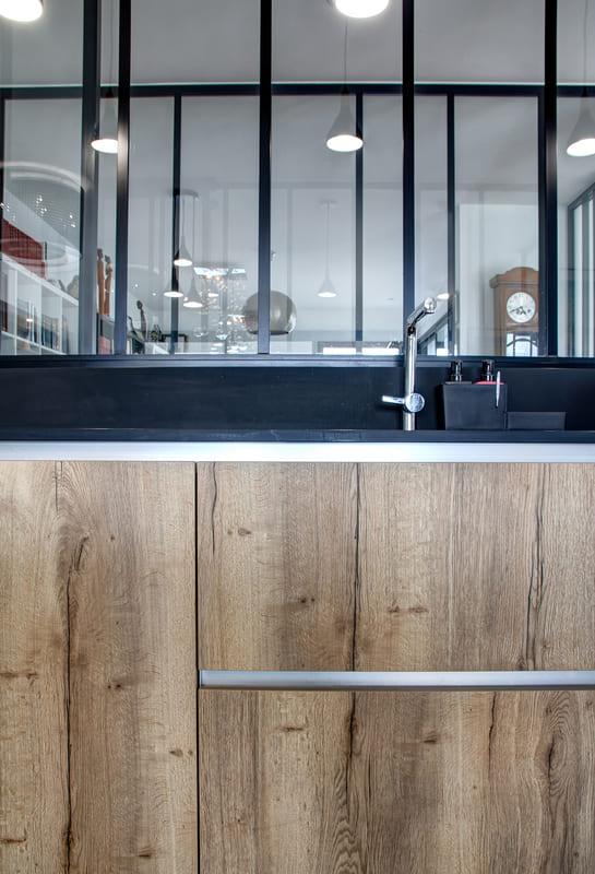 Open moderne zwarte en houten keuken 5