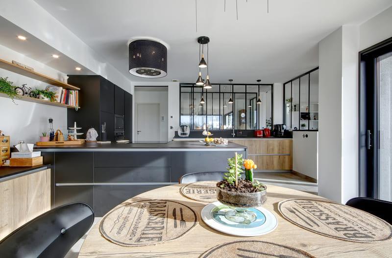 Open moderne zwarte en houten keuken 3