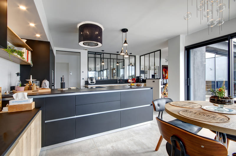 Open moderne zwarte en houten keuken 2