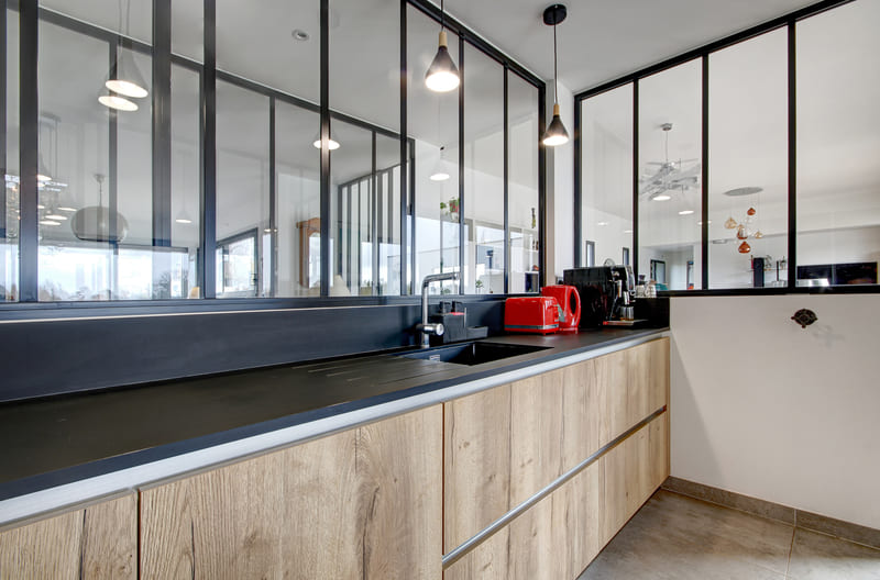 Open moderne zwarte en houten keuken 1