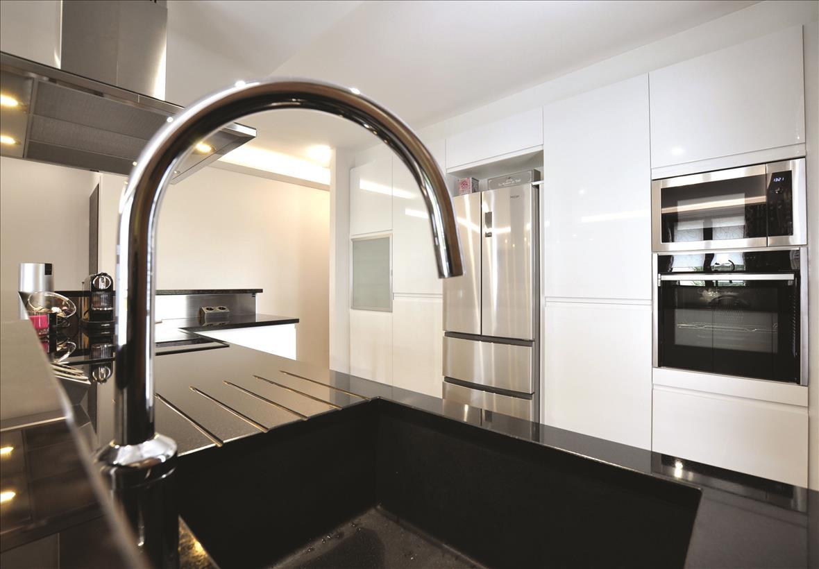 Open hedendaagse witte keuken in L-vorm met centrale eiland  4