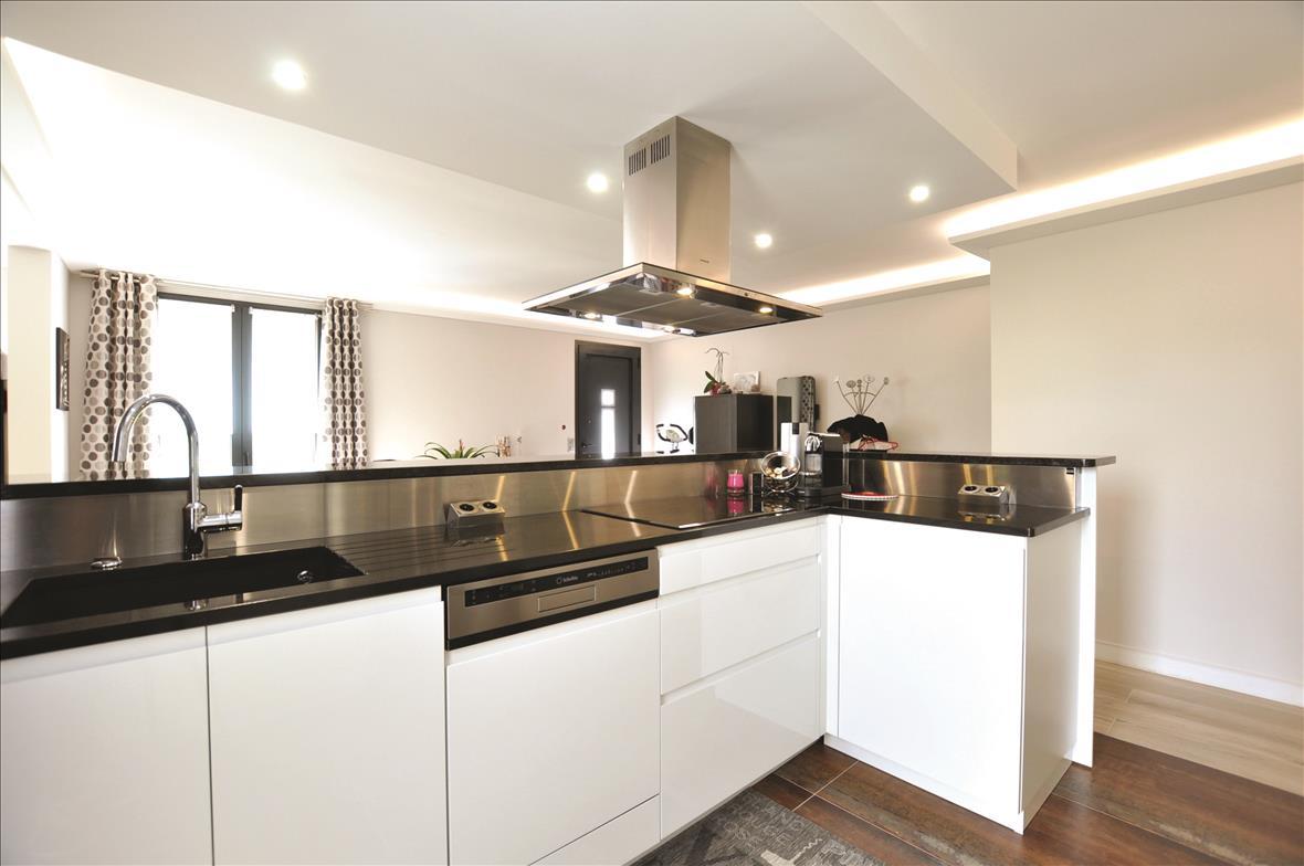 Open hedendaagse witte keuken in L-vorm met centrale eiland  3