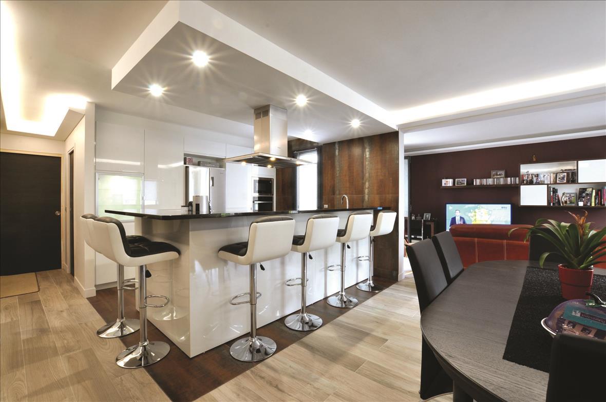 Open hedendaagse witte keuken in L-vorm met centrale eiland  1
