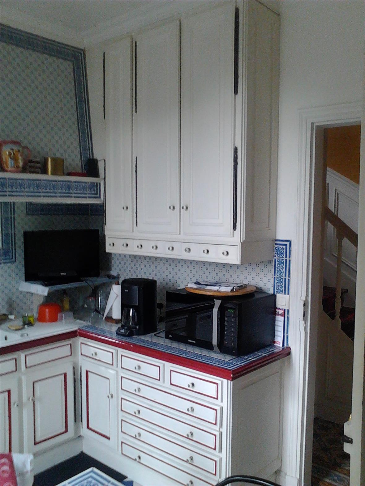 Gesloten industriële zwarte en grijze houten keuken  8