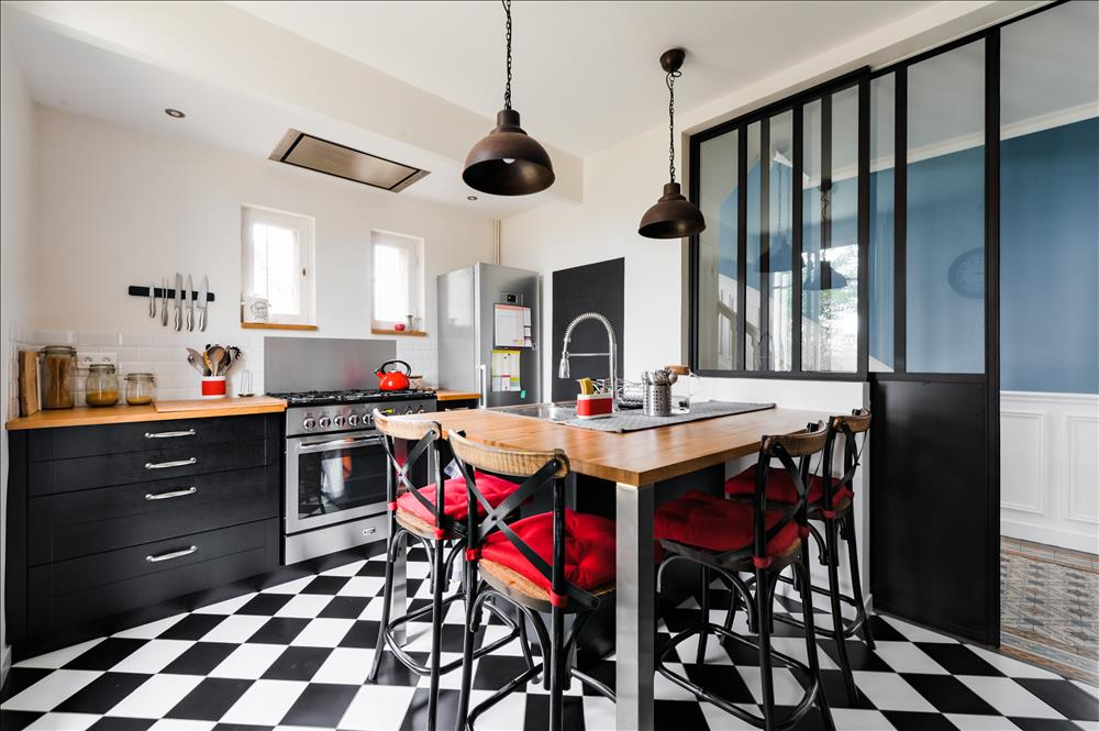 Gesloten industriële zwarte en grijze houten keuken  5