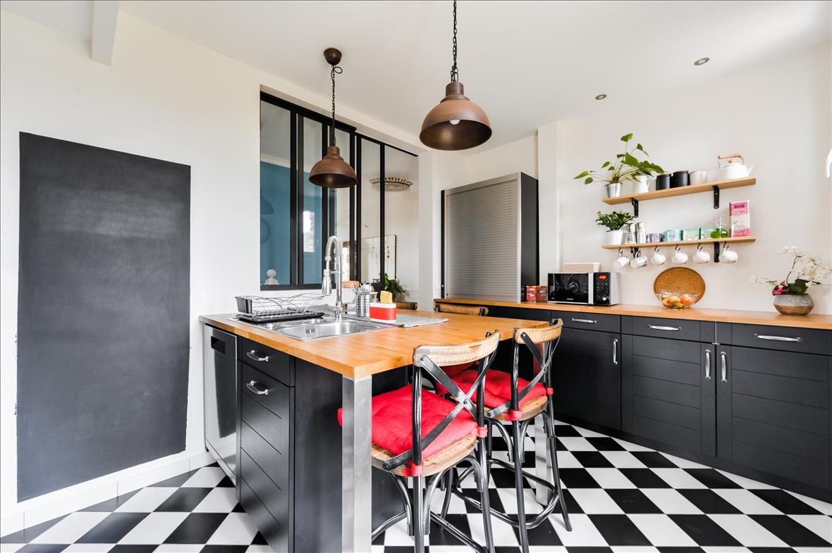 Gesloten industriële zwarte en grijze houten keuken  4