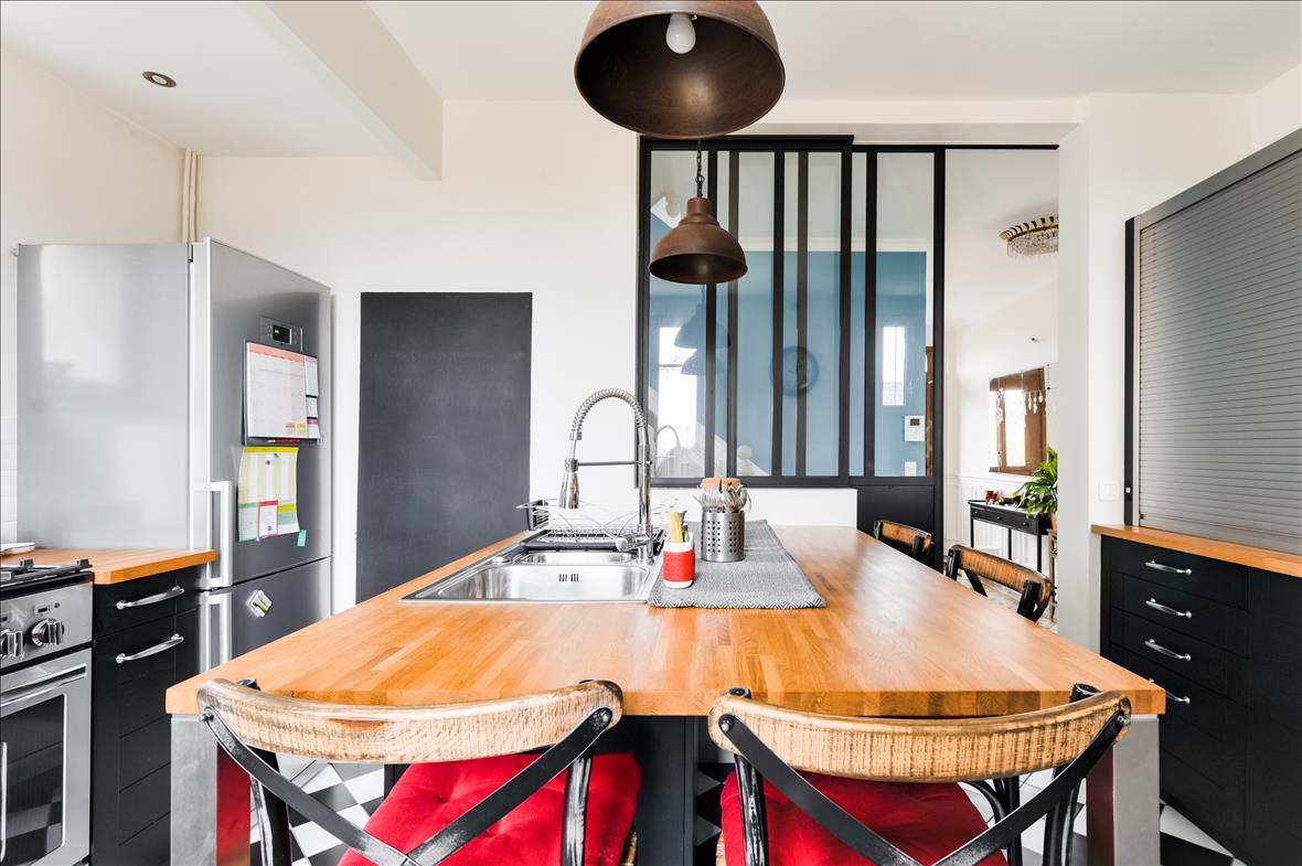 Gesloten industriële zwarte en grijze houten keuken  3