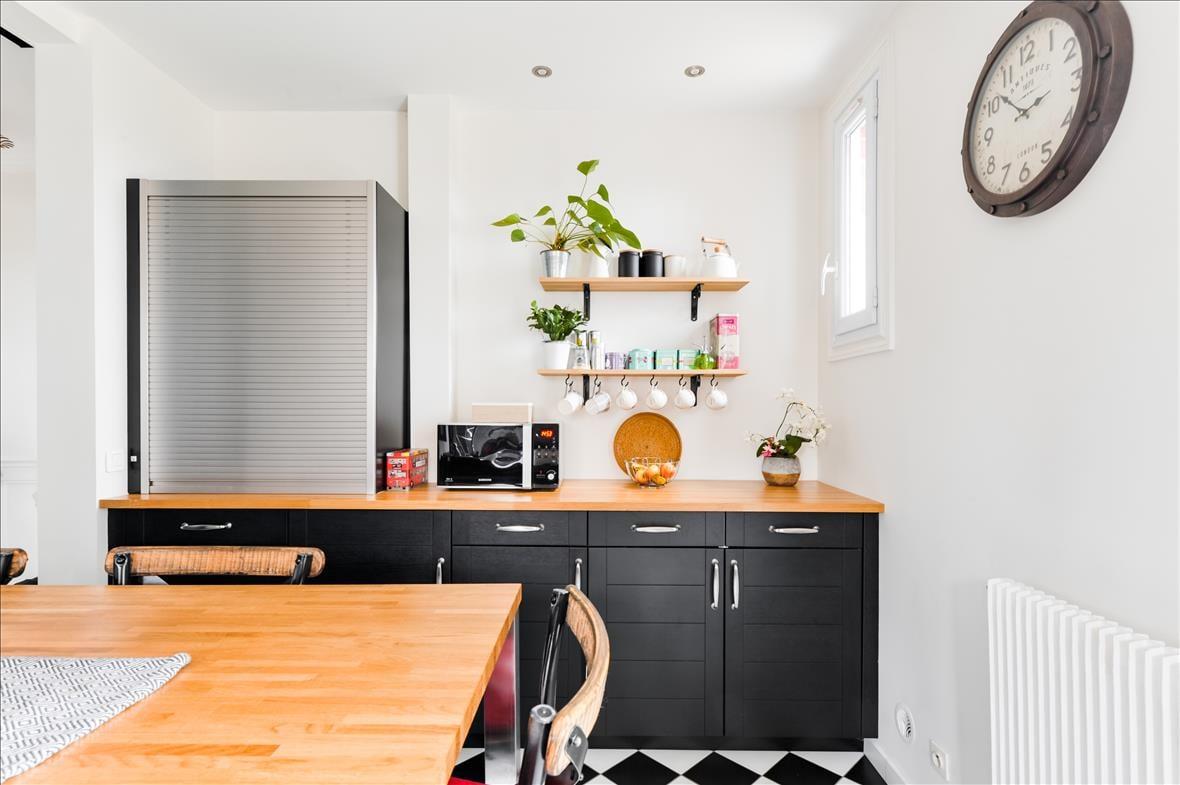 Gesloten industriële zwarte en grijze houten keuken  2