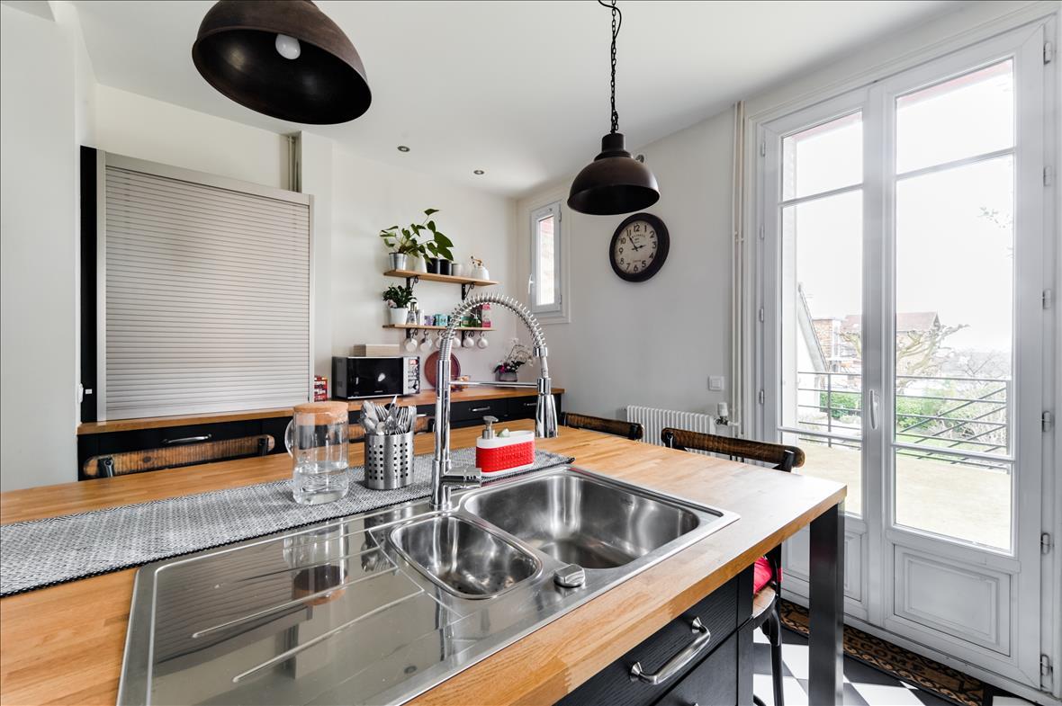 Gesloten industriële zwarte en grijze houten keuken  1