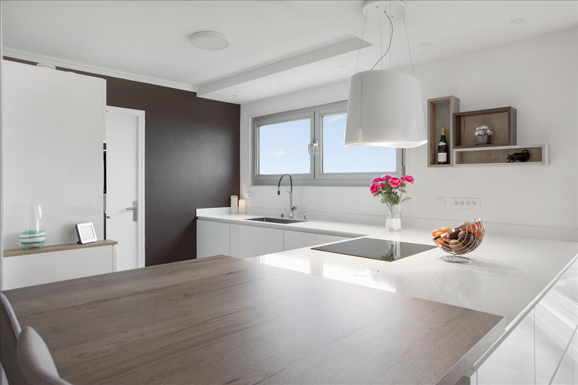 Open moderne witte keuken in L-vorm 9