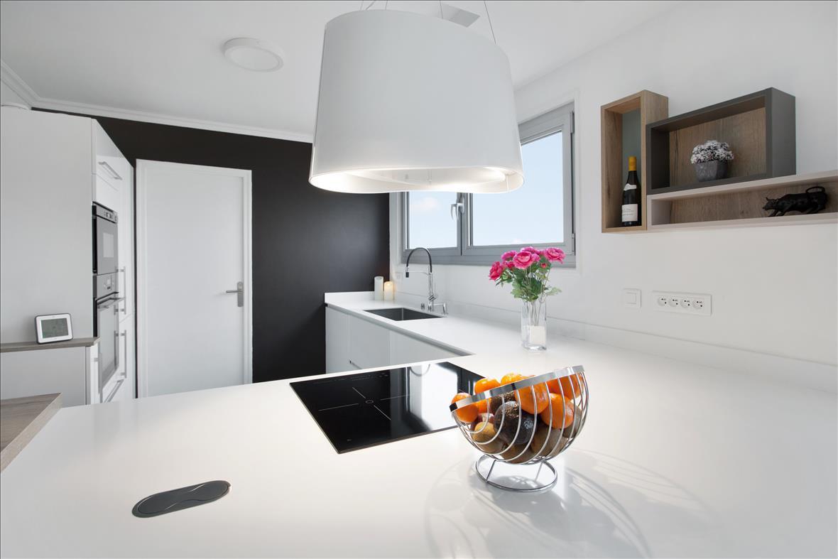 Open moderne witte keuken in L-vorm 8