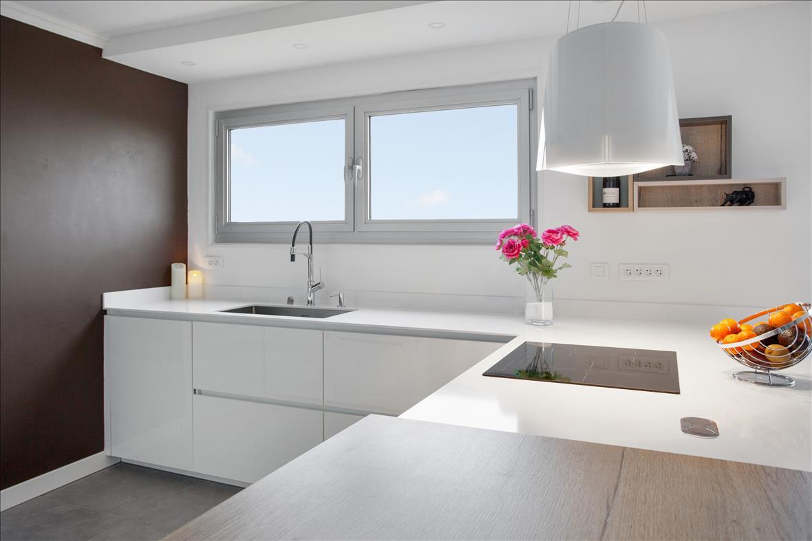 Open moderne witte keuken in L-vorm 7