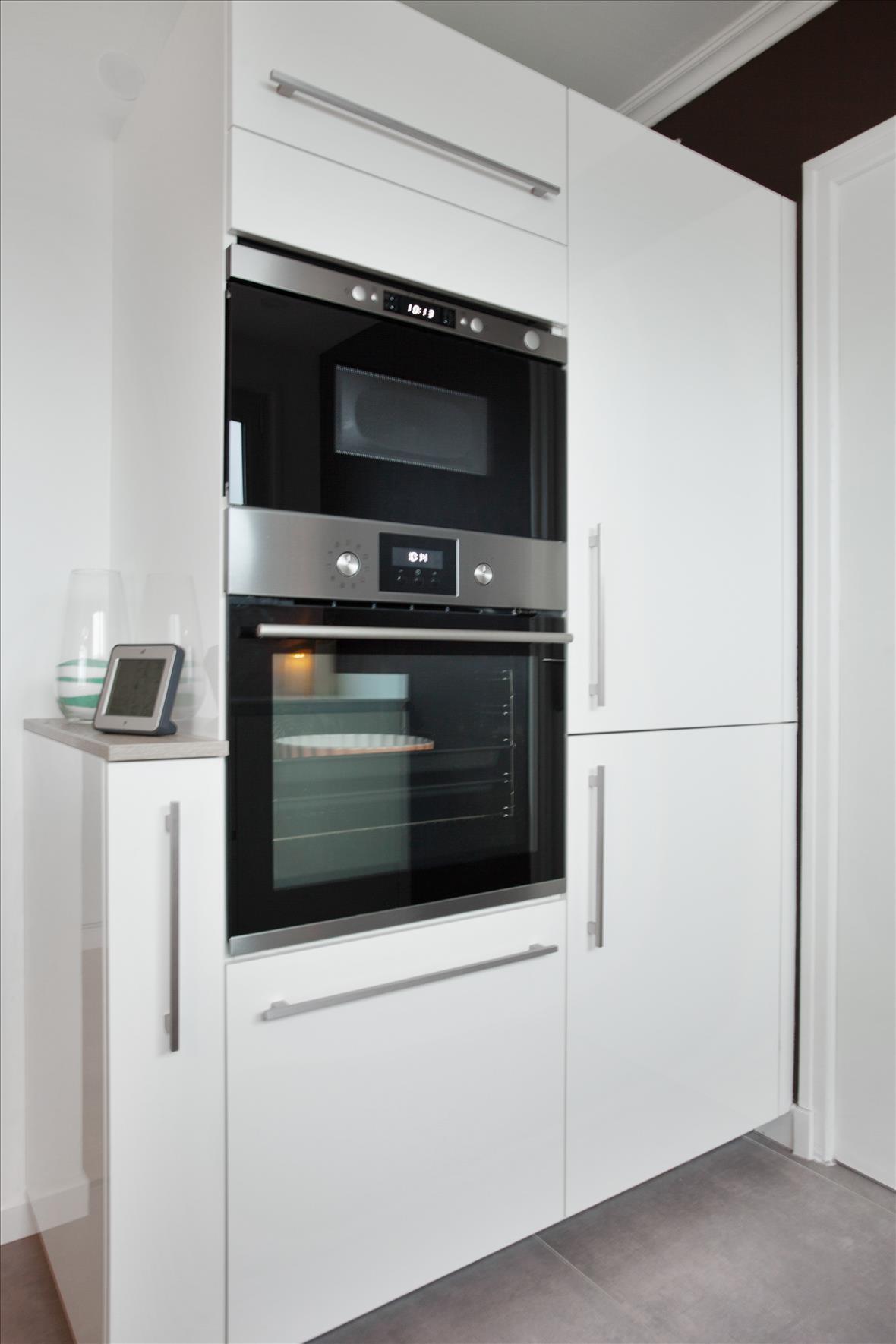 Open moderne witte keuken in L-vorm 6