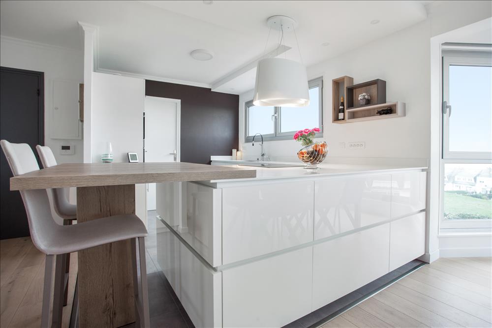 Open moderne witte keuken in L-vorm 5