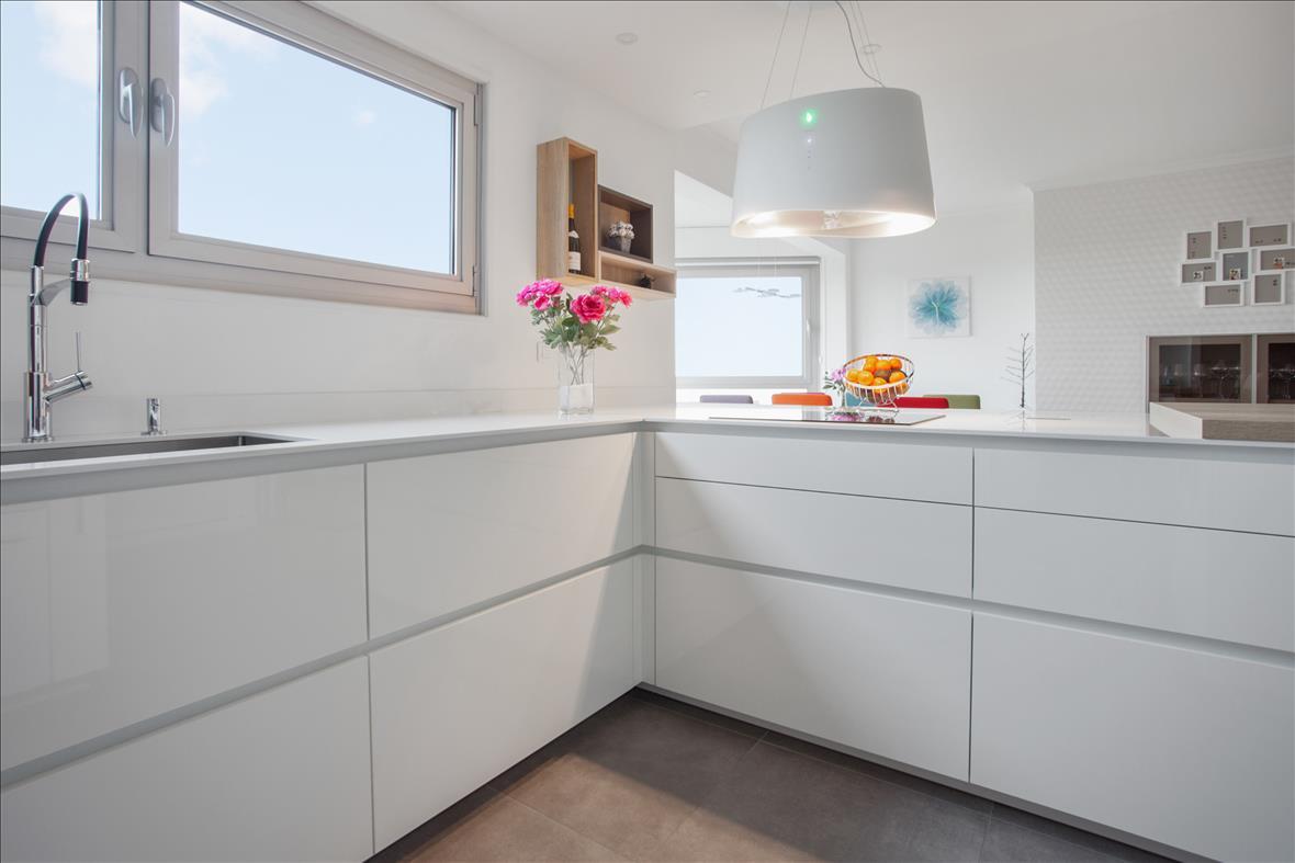 Open moderne witte keuken in L-vorm 3