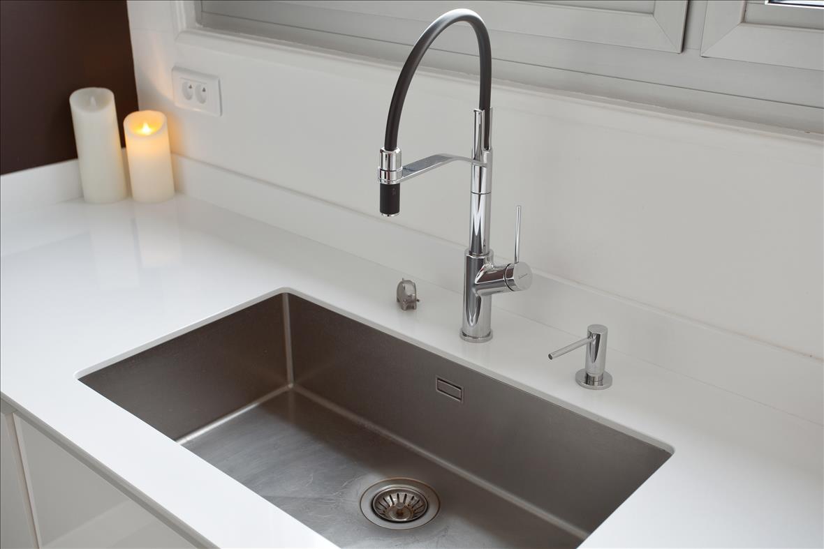 Open moderne witte keuken in L-vorm 1