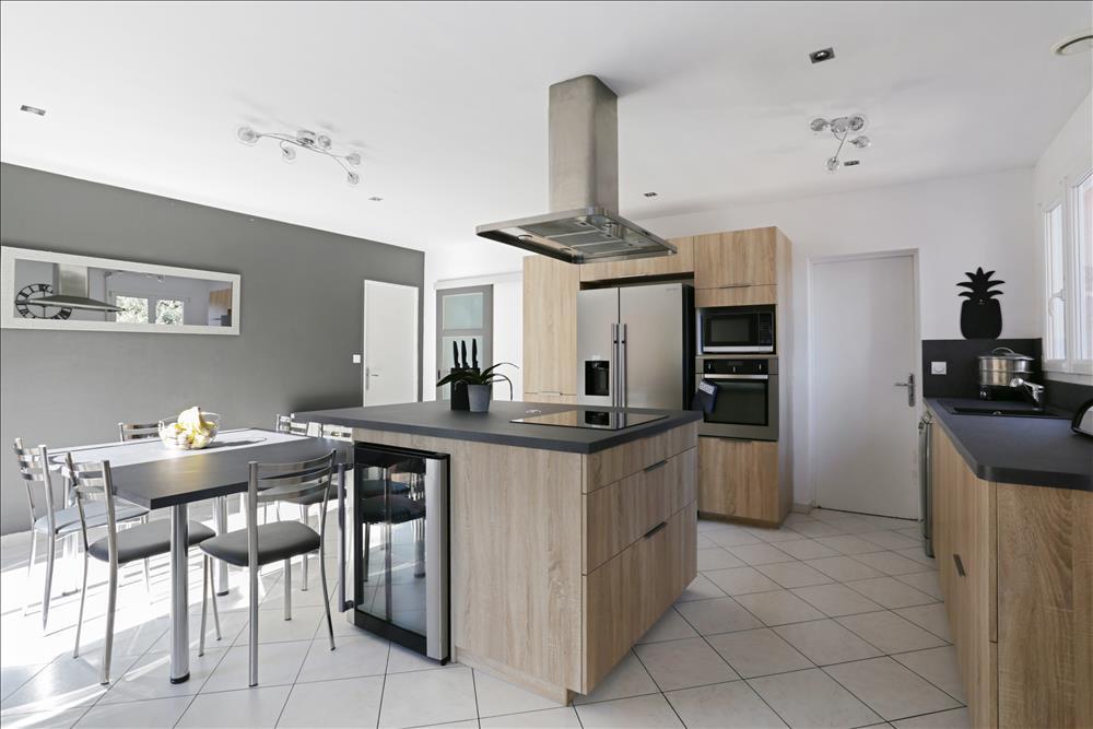 Open hedendaagse houten keuken met centrale eiland  5
