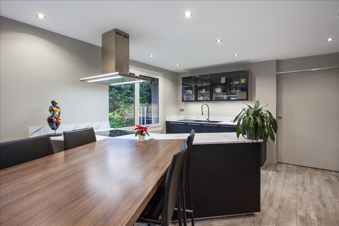 Open moderne zwarte keuken in L-vorm  1