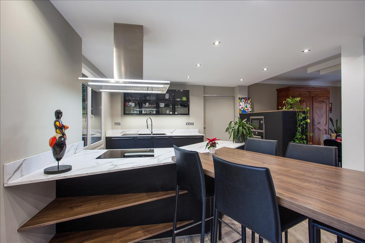 Open moderne zwarte keuken in L-vorm  2