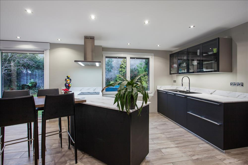 Open moderne zwarte keuken in L-vorm  3