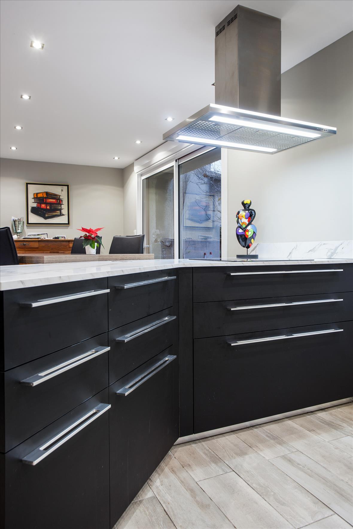 Open moderne zwarte keuken in L-vorm  5