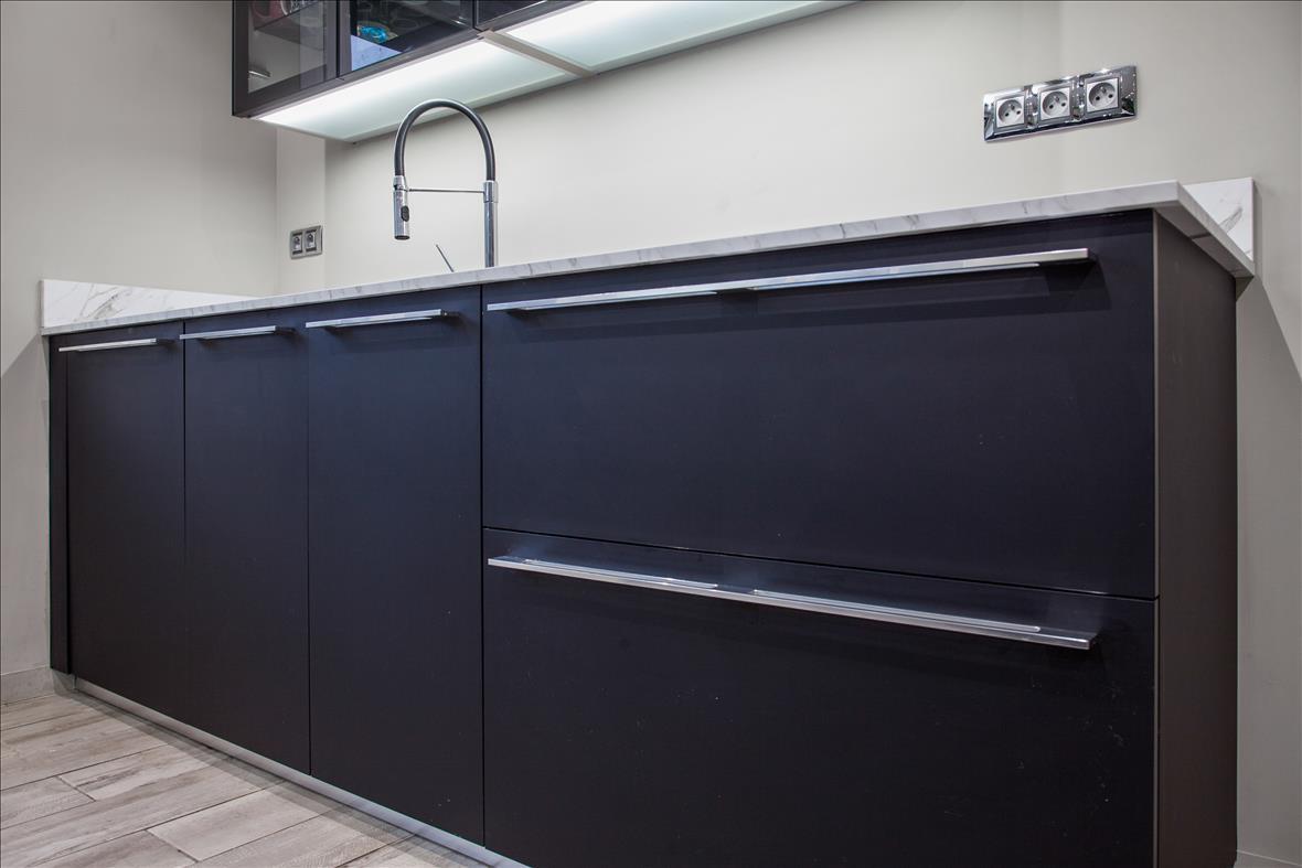 Open moderne zwarte keuken in L-vorm  4
