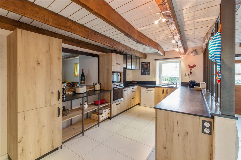 Open hedendaagse houten keuken in U-vorm  6