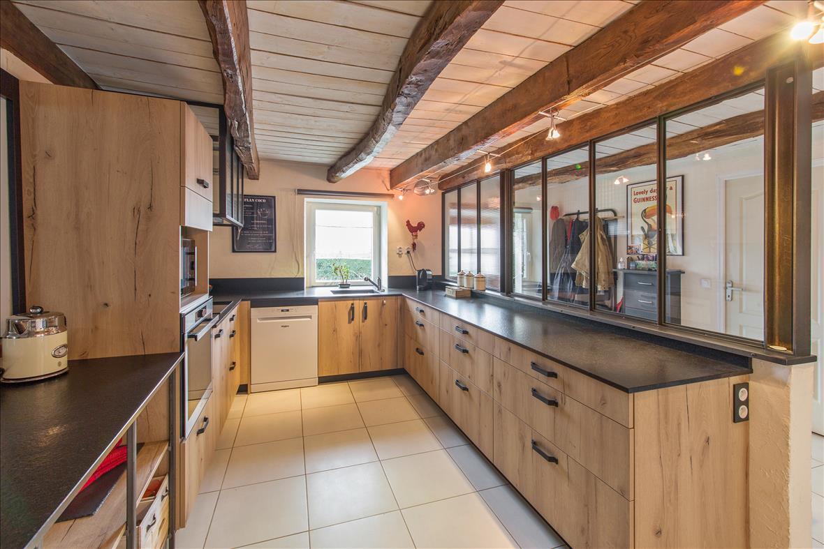 Open hedendaagse houten keuken in U-vorm  5