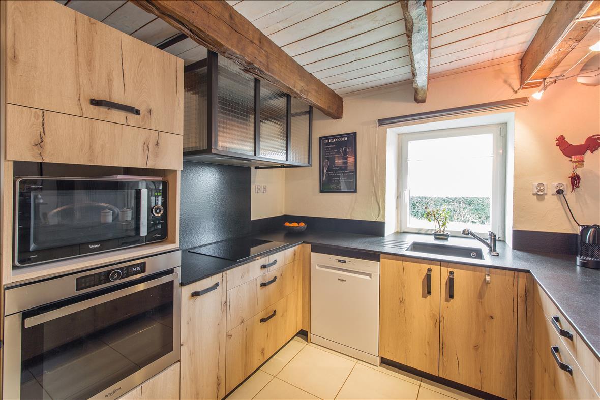 Open hedendaagse houten keuken in U-vorm  4