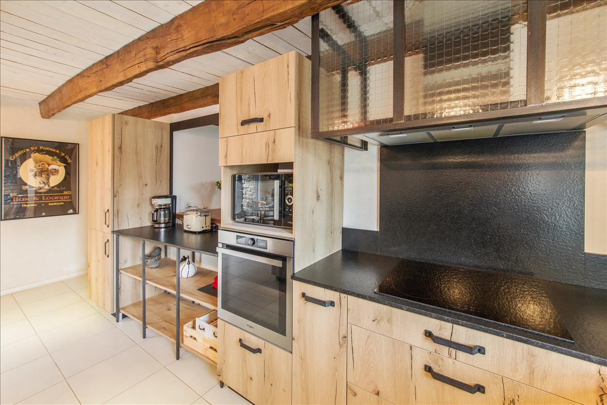 Open hedendaagse houten keuken in U-vorm  3