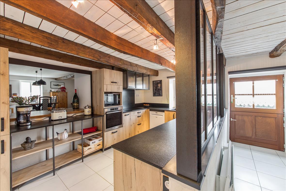Open hedendaagse houten keuken in U-vorm  2