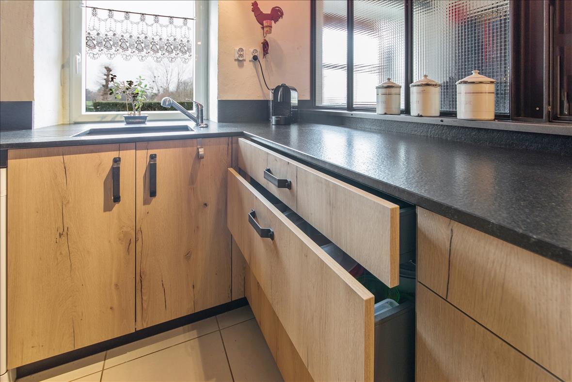Open hedendaagse houten keuken in U-vorm  1