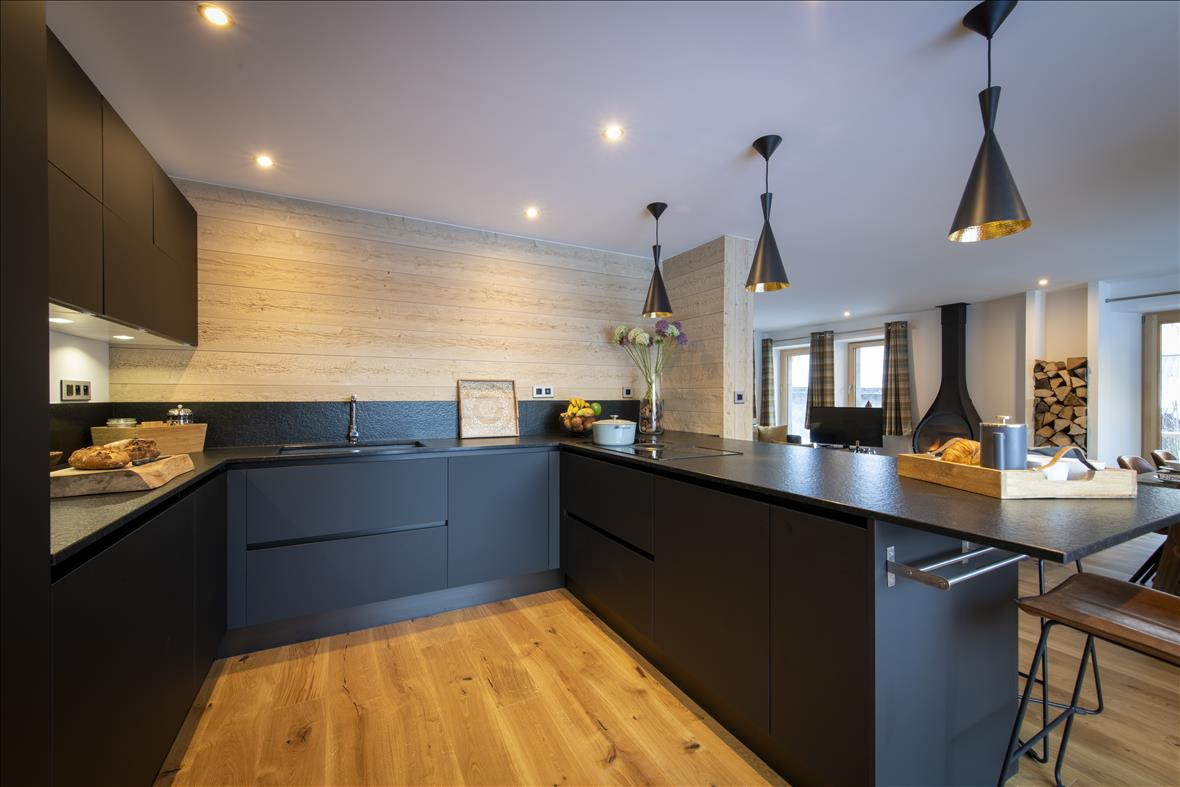 Moderne open zwarte keuken in U-vorm  7