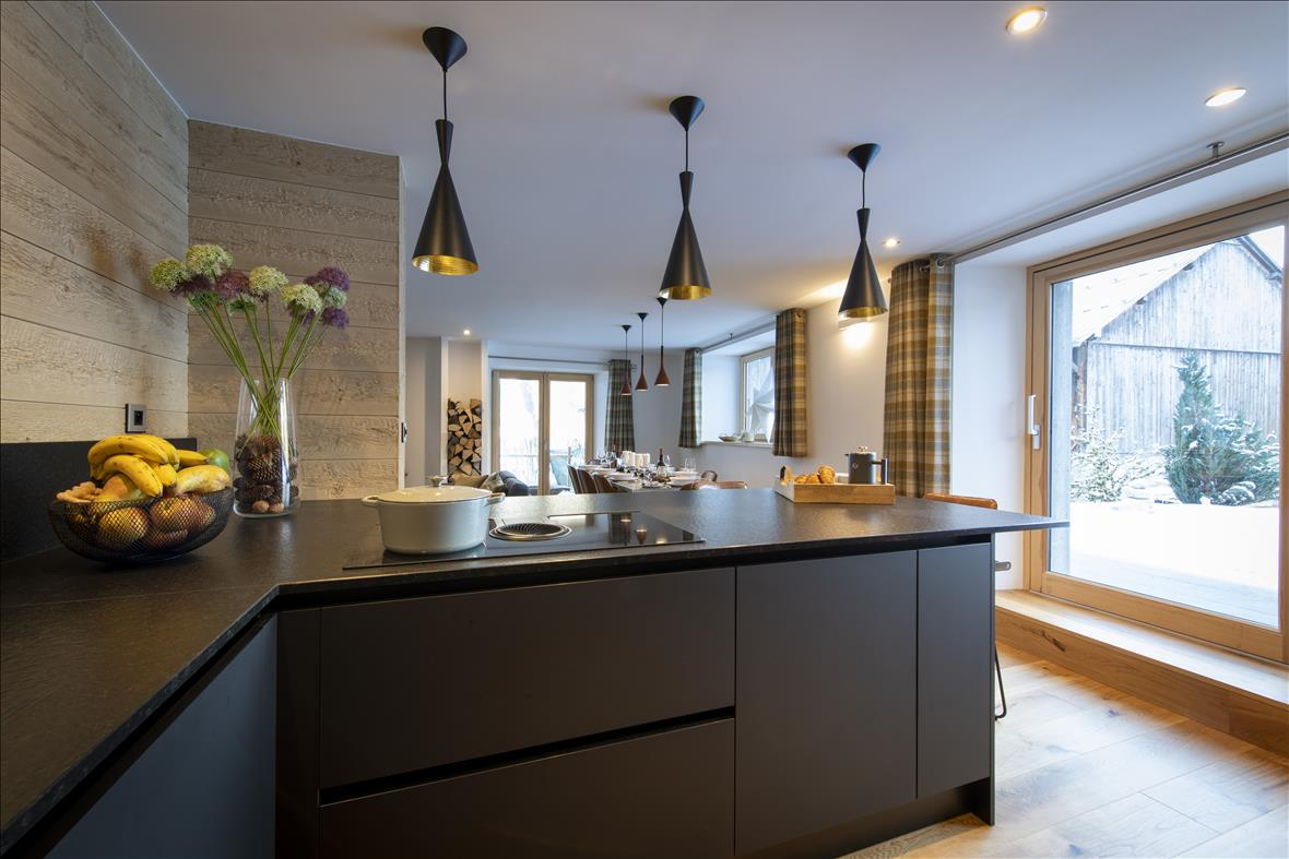 Moderne open zwarte keuken in U-vorm  6