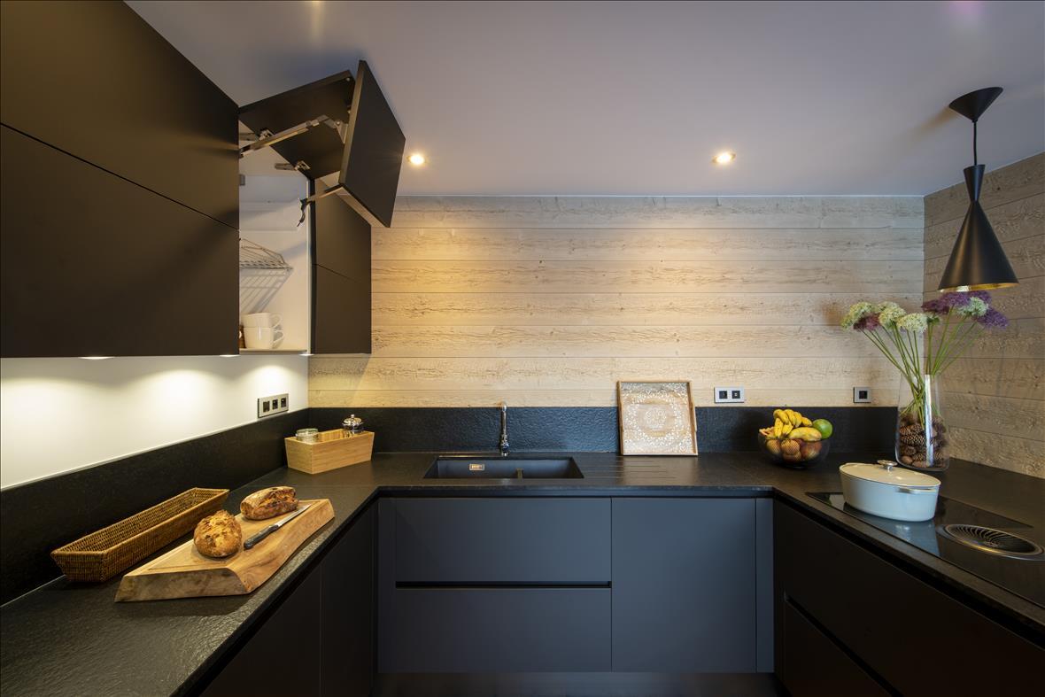 Moderne open zwarte keuken in U-vorm  5
