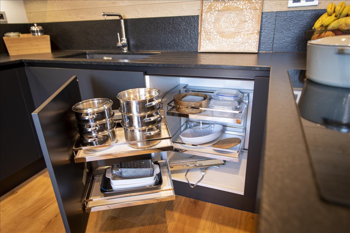 Moderne open zwarte keuken in U-vorm  4