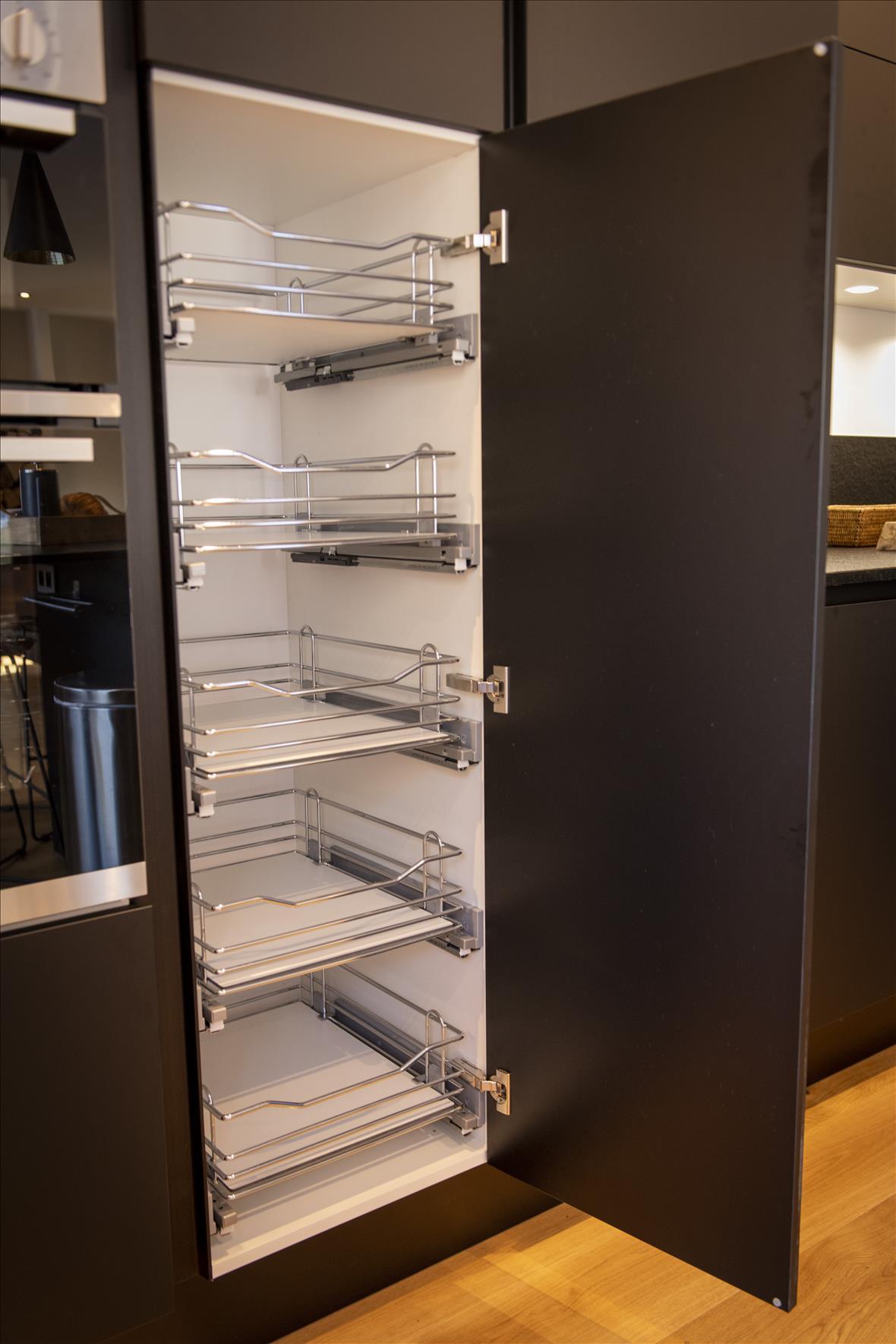 Moderne open zwarte keuken in U-vorm  3