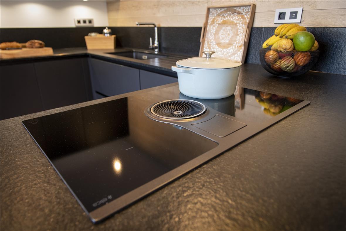 Moderne open zwarte keuken in U-vorm  2