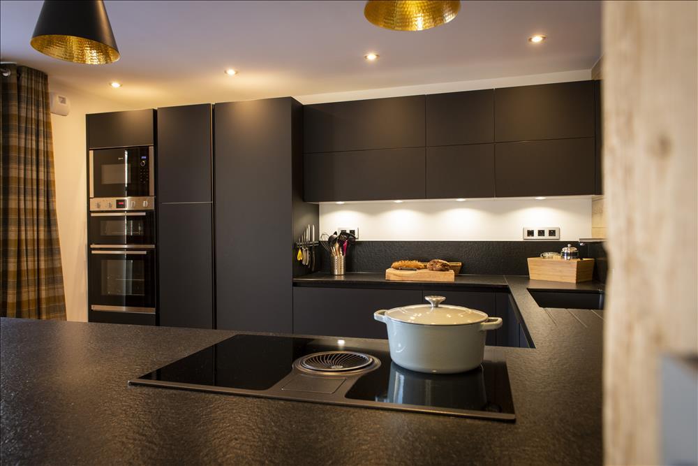 Moderne open zwarte keuken in U-vorm  1
