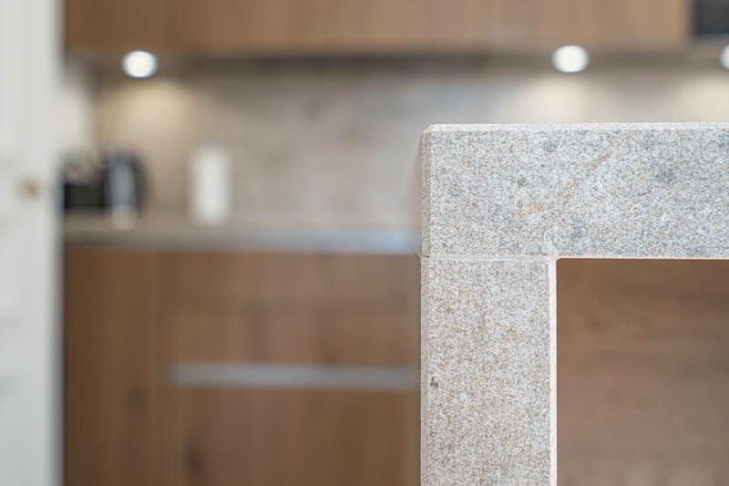 Open moderne houten keuken met centrale eiland   Raison Home 2