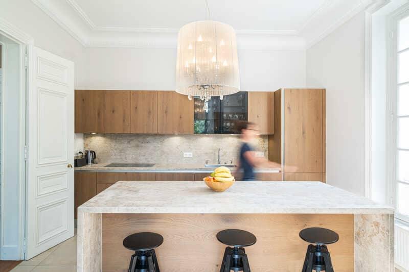 Open moderne houten keuken met centrale eiland   Raison Home 1