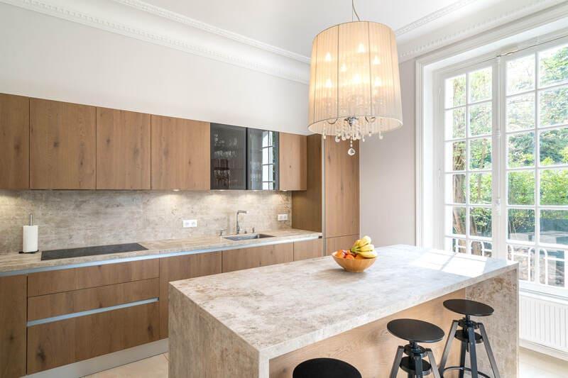 Open moderne houten keuken met centrale eiland   Raison Home 5