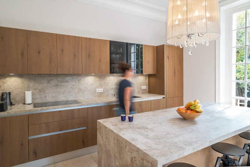 Open moderne houten keuken met centrale eiland   Raison Home 6