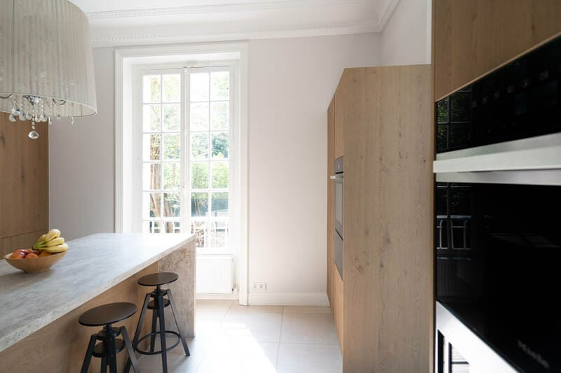 Open moderne houten keuken met centrale eiland   Raison Home 7