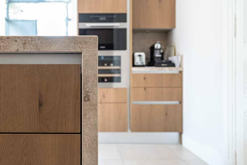 Open moderne houten keuken met centrale eiland   Raison Home 8