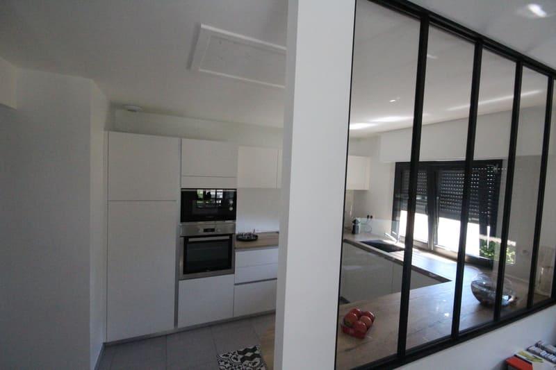 Moderne open witte keuken met glazen wand  3